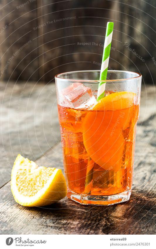 Aperol Schorle Cocktail Getränk Erfrischungsgetränk Alkohol Longdrink Glas gut kalt saftig süß Orange Sommer Frucht Holztisch geschmackvoll Italienisch Farbfoto