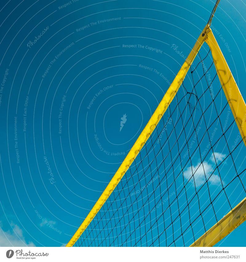 Beachvolleyball Sport Volleyball ästhetisch Volleyballnetz Netz Ballsport Sommer Sportveranstaltung schön Farbfoto Außenaufnahme Menschenleer Textfreiraum links
