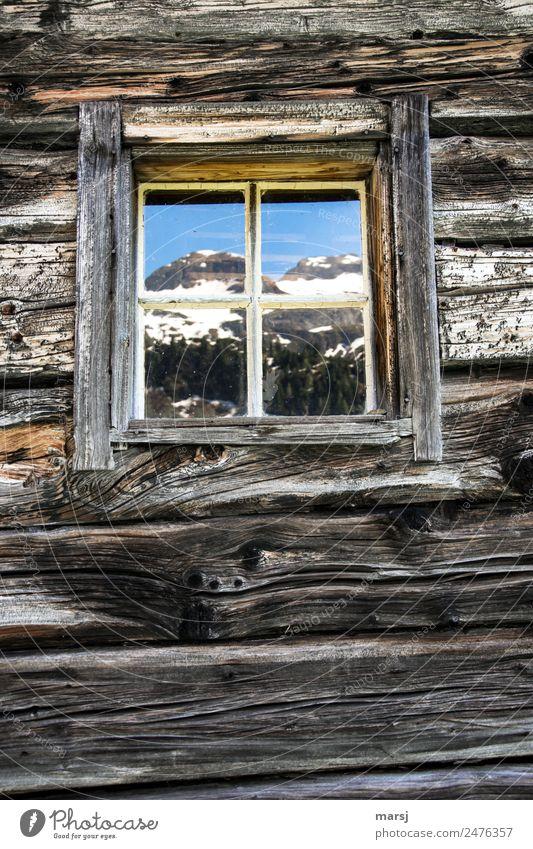 Zimmer mit Bergblick Himmel Frühling Alpen Berge u. Gebirge Gipfel Schneebedeckte Gipfel Hütte Mauer Wand Blockbohlen Holzwand Fenster alt blau braun Idylle