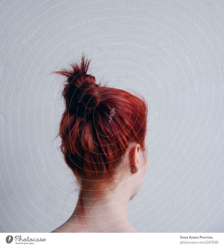 Formen. feminin Junge Frau Jugendliche Haare & Frisuren Ohr Hals 1 Mensch 18-30 Jahre Erwachsene Mauer Wand rothaarig Dutt trendy einzigartig dünn Farbfoto