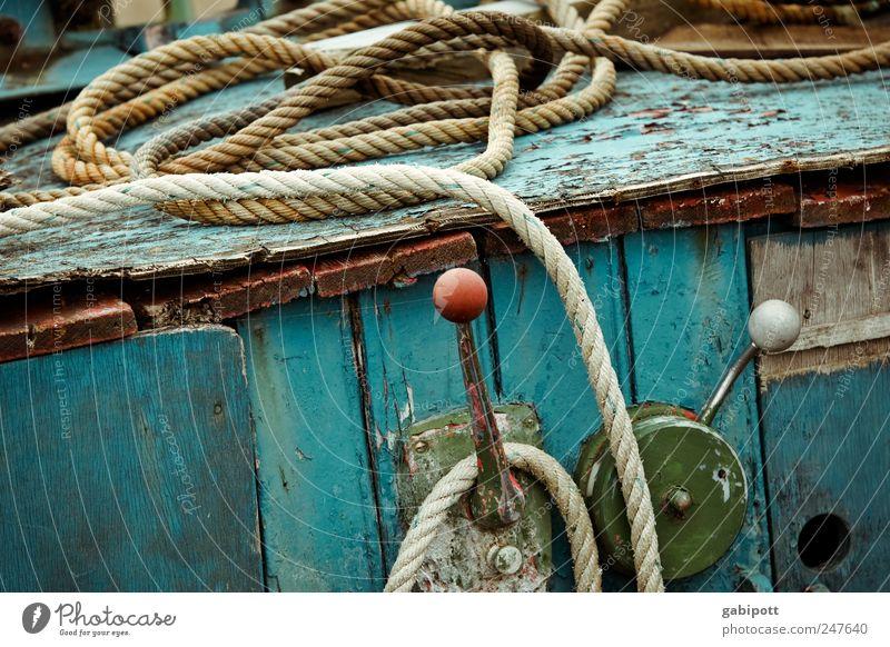 Nicht mehr mit voller Kraft voraus Küste Verkehrsmittel Schifffahrt Bootsfahrt Fischerboot Seil An Bord Hebelschalter kaputt trashig trist blau grün rot