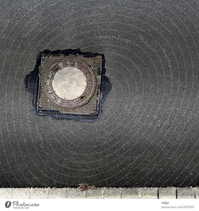 Gulli streetview Verkehrswege Straße Gully Asphalt Teer rund grau repariert Schaden Abwasser Farbfoto Gedeckte Farben Außenaufnahme Menschenleer