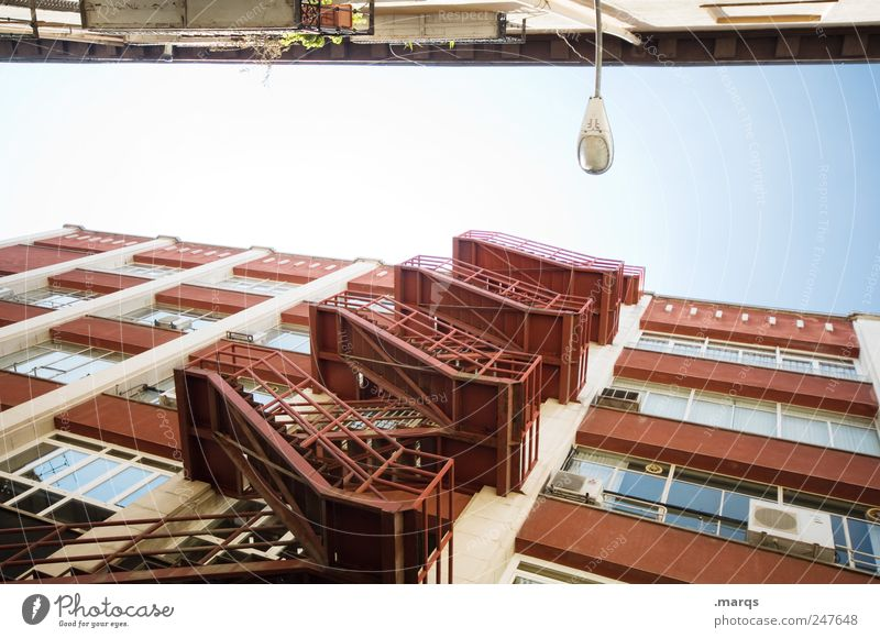Feuertreppe Stadt Haus Landschaft Architektur Gebäude hell Fassade Treppe Perspektive Häusliches Leben aufstrebend Feuerleiter Fluchtweg himmelwärts Mietrecht