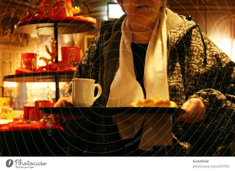 Oma im Bistro Senior Zopf Schal Straßencafé Bar Restaurant Licht Tablett Frau Weiblicher Senior Morgen Schoggi Tee Kaffee Weihnachten & Advent