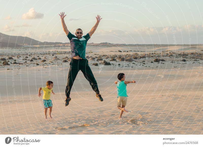 Kind Mensch Ferien & Urlaub & Reisen Jugendliche Junger Mann Erholung Freude lustig Familie & Verwandtschaft Glück Spielen Menschengruppe Sand springen maskulin