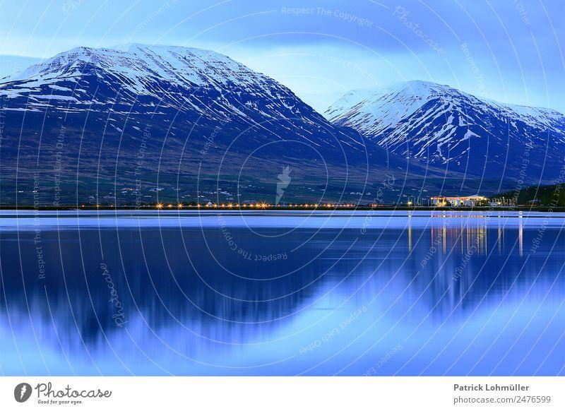 Blaue Nacht in Akureyri Ferien & Urlaub & Reisen Tourismus Kreuzfahrt Meer Insel Schnee Berge u. Gebirge Umwelt Natur Landschaft Urelemente Wasser Himmel Klima