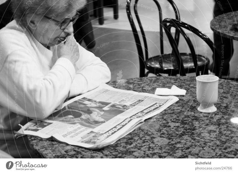 Oma im Bistro Frau Einsamkeit Senior Getränk Kaffee trinken lesen Bar Zeitung Tee Großmutter Restaurant Café Weiblicher Senior Mensch Straßencafé