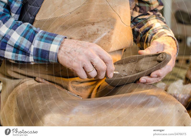 Alte Hände eines Töpfers, der eine Tonfigur formt. Design Basteln Arbeit & Erwerbstätigkeit Beruf Handwerker Werkzeug Kunst Künstler alt diszipliniert Keramik