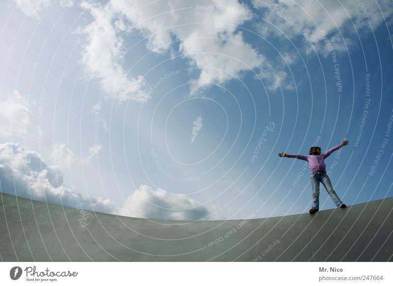 fly away Himmel Mädchen Sommer Wolken Architektur klein Glück träumen Kindheit Zufriedenheit Kraft Arme fliegen stehen Körperhaltung Bauwerk