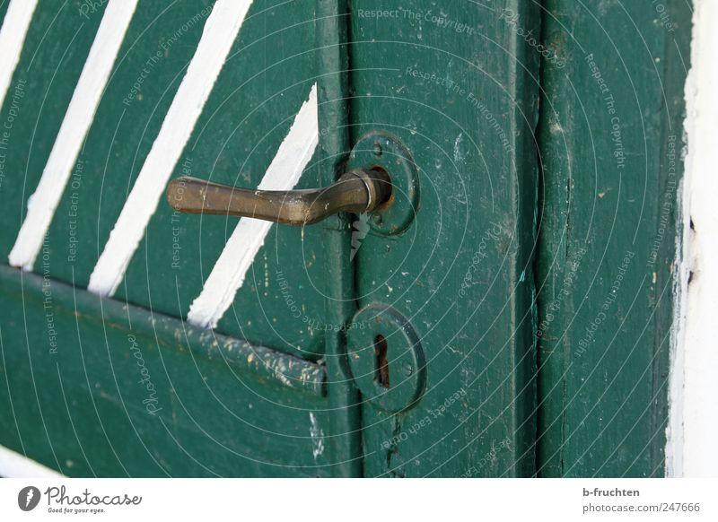 Geschlossen Haus Hütte Tür alt dreckig Sicherheit Griff grün Holztür Schloss Farbfoto Außenaufnahme Nahaufnahme Menschenleer Textfreiraum rechts