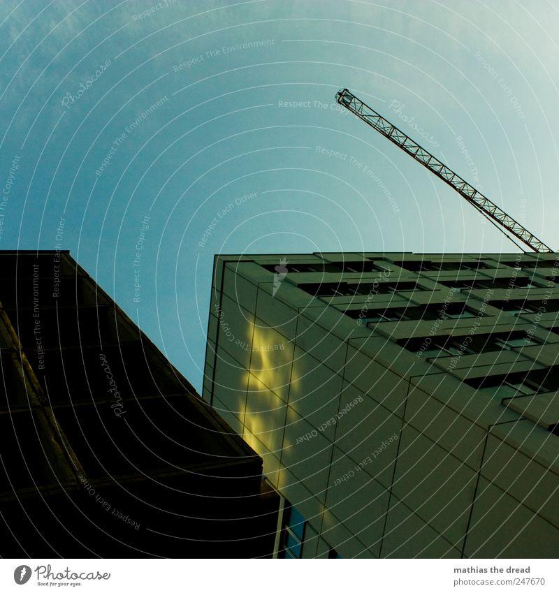 SCHRÄGLAGE Stadtzentrum Menschenleer Haus Hochhaus Bankgebäude Bauwerk Gebäude Mauer Wand Fassade Fenster Dach ästhetisch dunkel eckig trashig trist Plattenbau