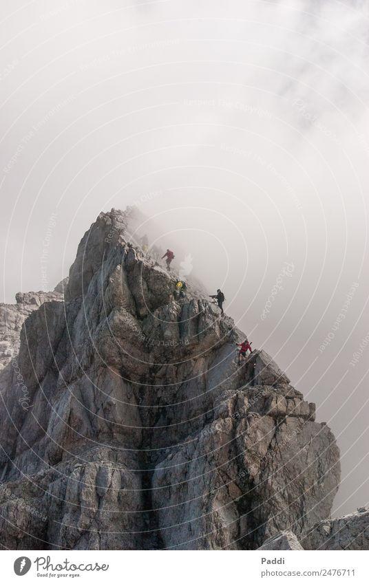 Aufstieg ins Ungewisse Natur Landschaft Berge u. Gebirge Umwelt Sport grau Freizeit & Hobby wandern Nebel Wetter Kraft Erfolg Schönes Wetter Fitness bedrohlich