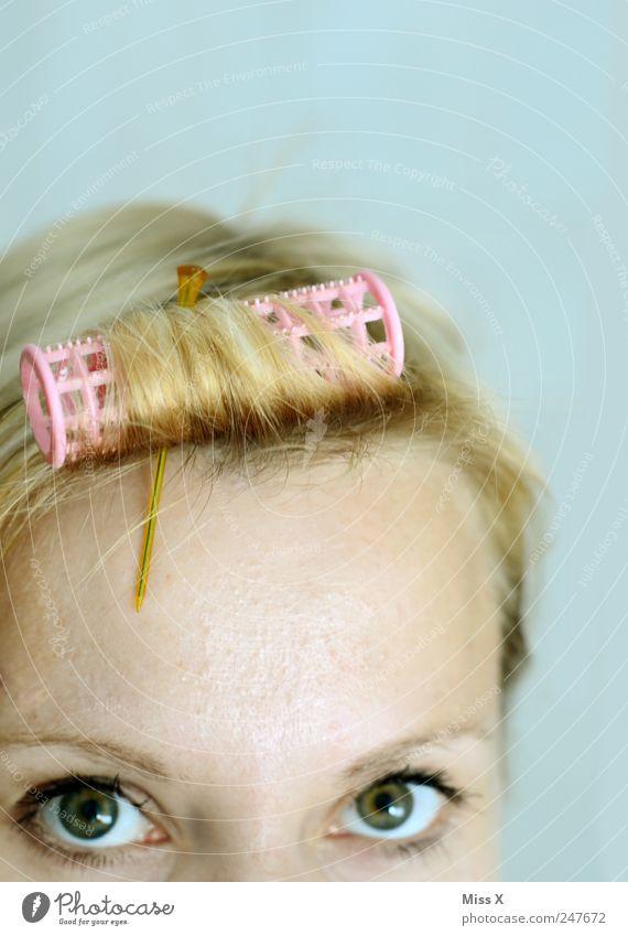 Nützt nix... schön Körperpflege Haare & Frisuren Mensch feminin Auge 1 blond Locken eitel Lockenwickler Friseur zurechtmachen Farbfoto Textfreiraum rechts