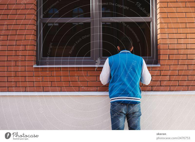 neugieriger Typ schaut durchs Fenster. Lifestyle Freizeit & Hobby Spielen Sommer Sport Fitness Sport-Training Kindererziehung Bildung Arbeit & Erwerbstätigkeit