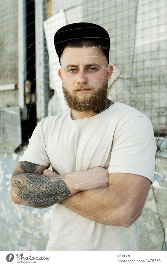 Kerl mit einem Bart und einer Tätowierung auf dem Arm. Lifestyle schön Mensch maskulin Junger Mann Jugendliche Erwachsene Haut Haare & Frisuren Gesicht Auge 1