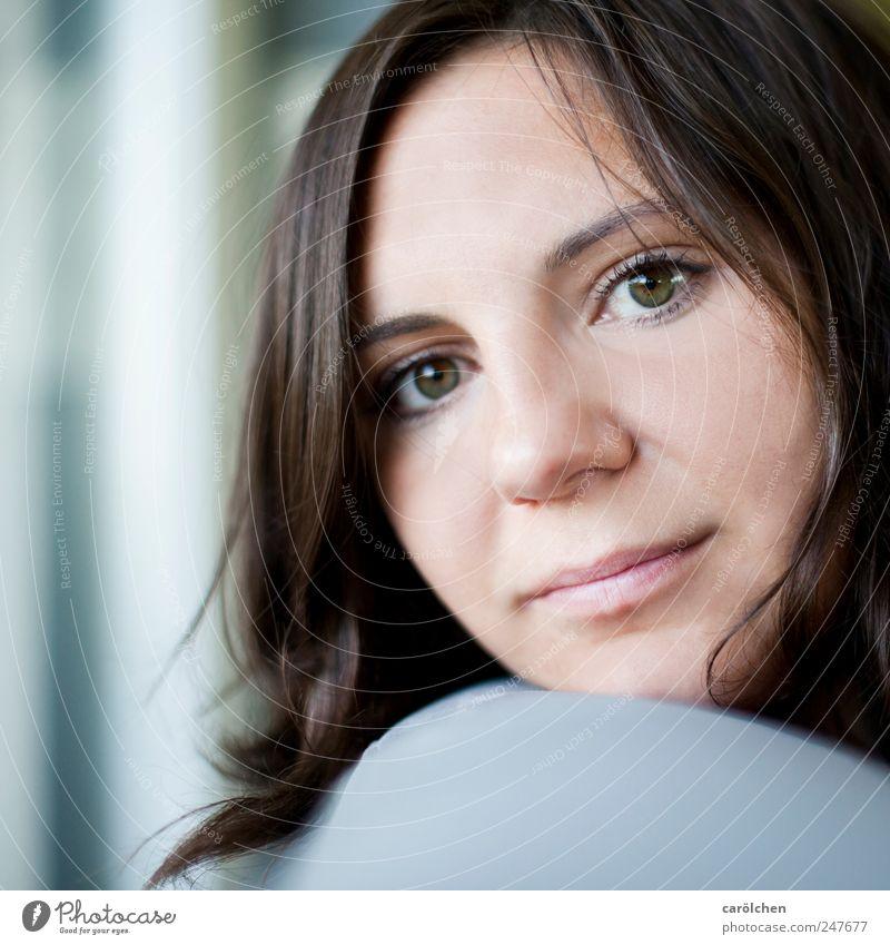 zurück Mensch feminin Frau Erwachsene Kopf Gesicht 1 18-30 Jahre Jugendliche blau braun grau offen Lächeln Selbstportrait selbstbewußt Farbfoto Innenaufnahme