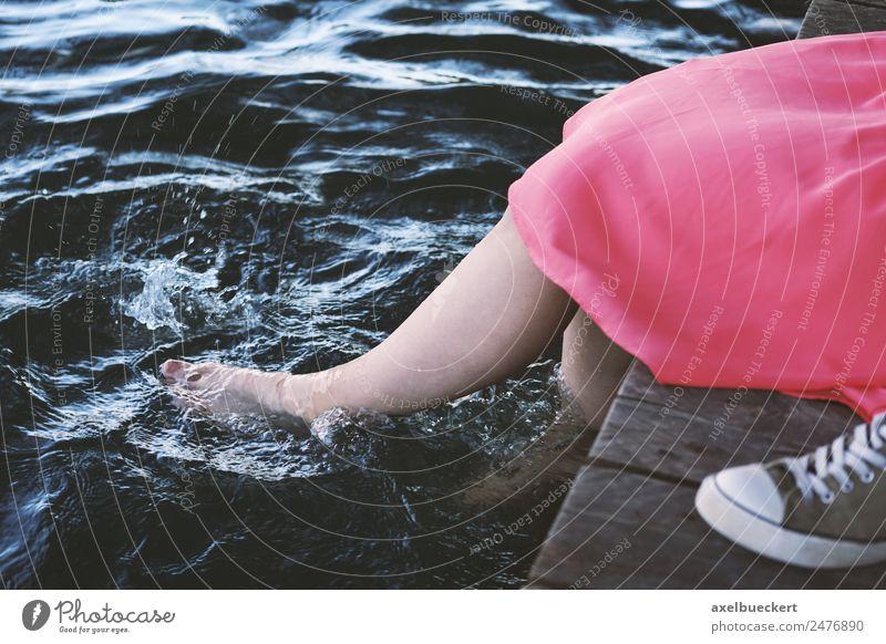 Füße im Wasser Lifestyle Freude Erholung Freizeit & Hobby Sommer Mensch feminin Junge Frau Jugendliche Erwachsene Beine Fuß 1 18-30 Jahre Seeufer Flussufer