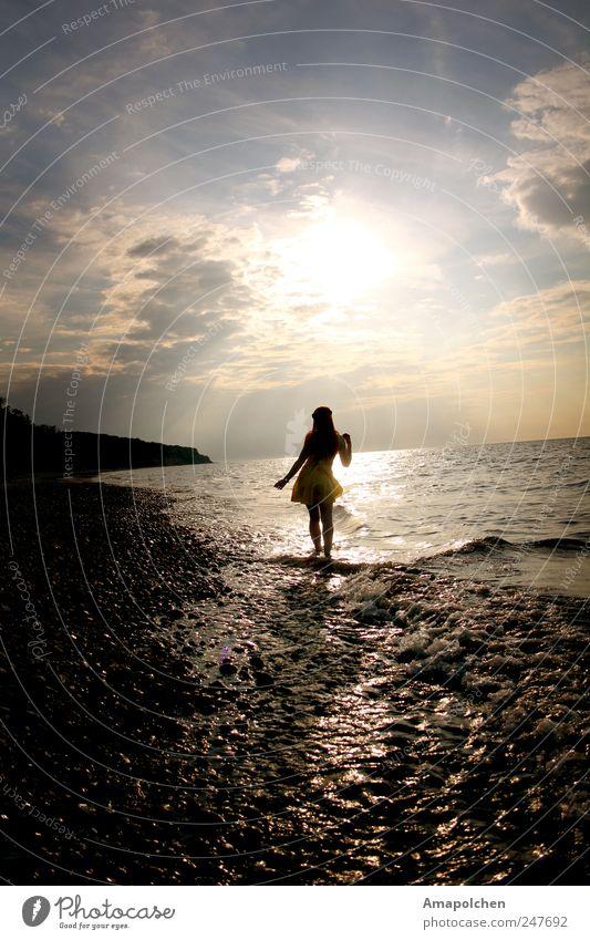 ::11-21:: elegant Stil Freude Glück schön wandern Mensch feminin Junge Frau Jugendliche Erwachsene 18-30 Jahre Natur Luft Wasser Sonne Sommer Küste Strand
