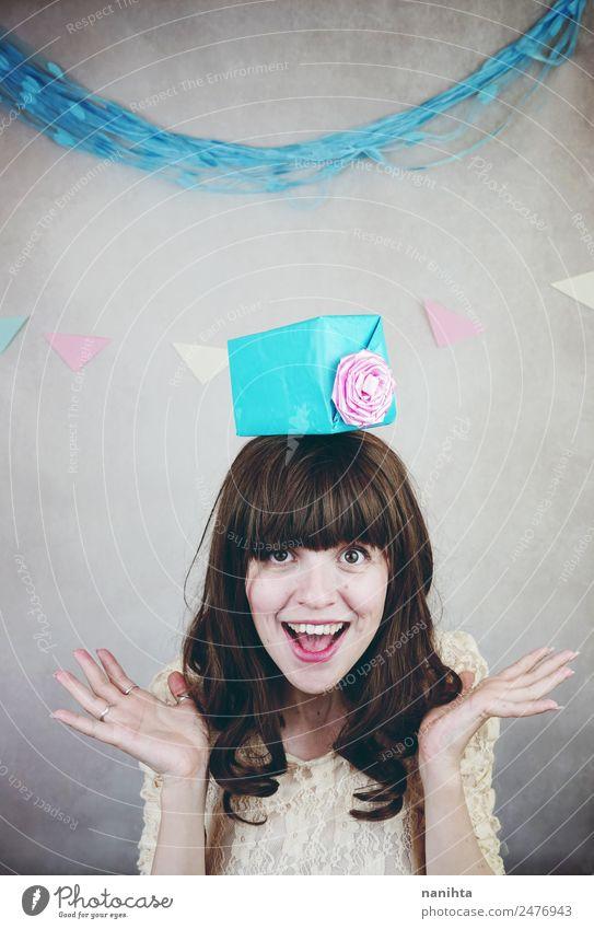 Junge fröhliche Frau mit einem Geschenk über dem Kopf. Lifestyle Stil Wellness Leben Wohlgefühl Party Veranstaltung Feste & Feiern Geburtstag Mensch feminin