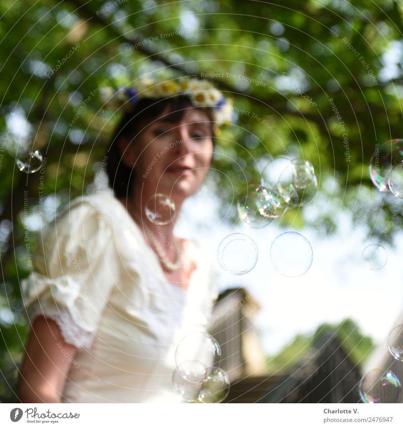 Seifenblasen   UT Dresden feminin Frau Erwachsene 1 Mensch 30-45 Jahre Sommer Baum Brautkleid Blumenkranz brünett beobachten fliegen glänzend leuchten Blick