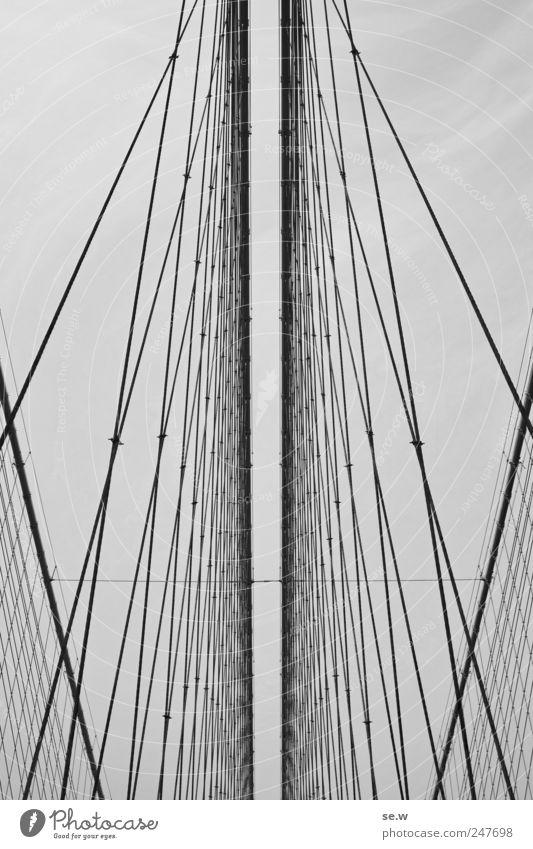 Escape Ferien & Urlaub & Reisen grau Metall Linie Horizont Seil ästhetisch Brücke Netz fangen Grenze vertikal Schwarzweißfoto Haken gigantisch Muster