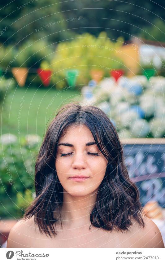 Frau Mensch Natur Sommer schön ruhig Erwachsene Lifestyle Garten Freizeit & Hobby hell Lächeln Fröhlichkeit authentisch Fahne Meditation