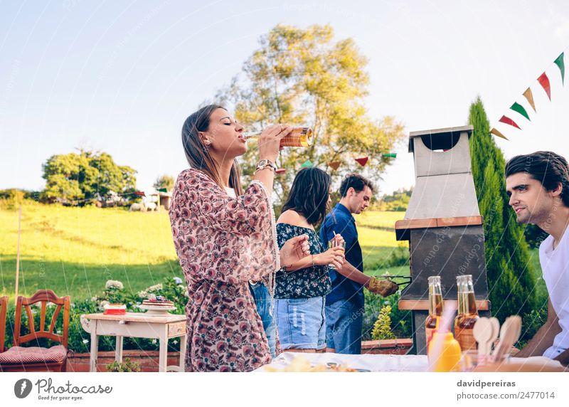 Frau beim Biertrinken im Grill mit Freunden Fleisch Mittagessen Alkohol Flasche Lifestyle Freude Glück Freizeit & Hobby Sommer Garten Tisch sprechen Erwachsene