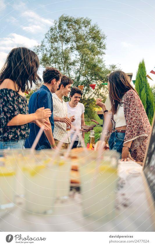Frau Natur Mann Sommer Freude Erwachsene Lifestyle sprechen lachen Glück Garten Menschengruppe Zusammensein Freundschaft Freizeit & Hobby Lächeln