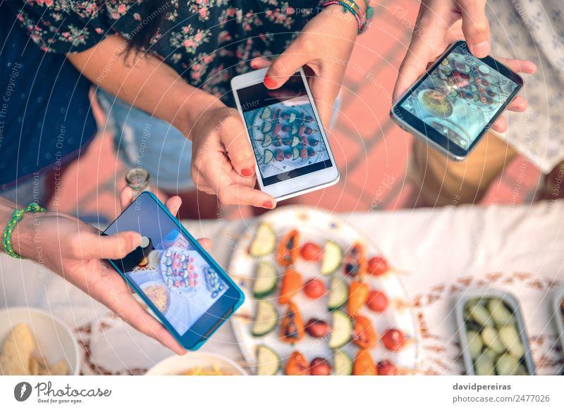 Junge Hände fotografieren mit Smartphones an Gemüsespießen Mittagessen Teller Lifestyle Freude Glück Sommer Tisch Telefon PDA Technik & Technologie Frau