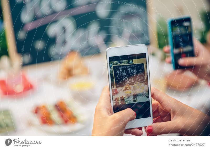 Frau Sommer Hand Freude Erwachsene Lifestyle Freundschaft Freizeit & Hobby Technik & Technologie Fröhlichkeit authentisch genießen Tisch Fotografie Telefon