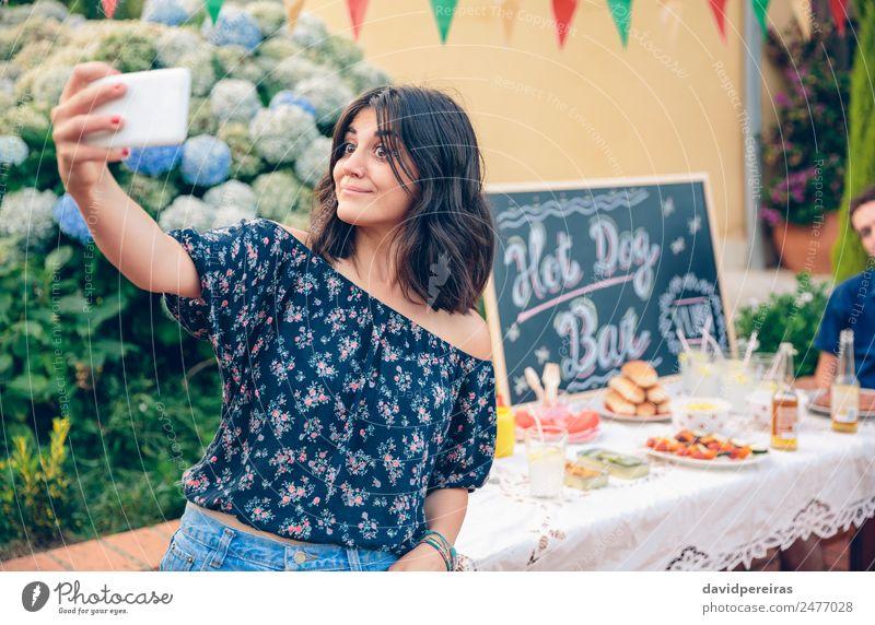 Lustige junge Frau nimmt ein Selfie mit Smartphone. Mittagessen Alkohol Bier Lifestyle Freude Glück Freizeit & Hobby Sommer Garten Tisch Tafel Telefon PDA