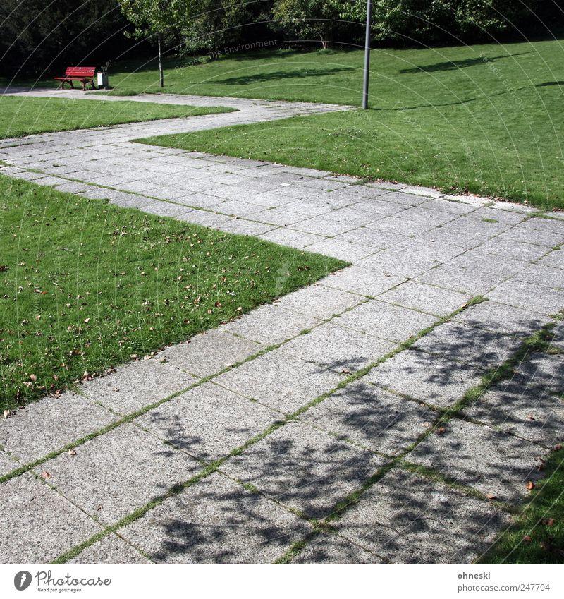 Sitzgelegenheit Sonnenlicht Schönes Wetter Park Wiese Menschenleer Wege & Pfade Bank grün rot Einsamkeit ruhig Zickzack Baum Farbfoto Außenaufnahme Luftaufnahme