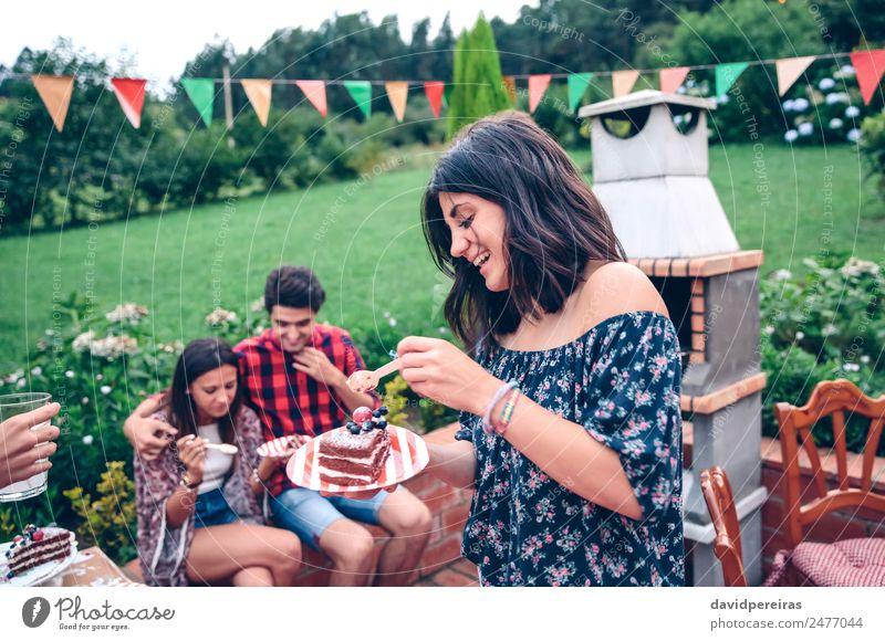 Frau isst Kuchenstück auf der Sommerparty Essen Teller Löffel Lifestyle Freude Glück Freizeit & Hobby Garten sprechen Erwachsene Mann Freundschaft
