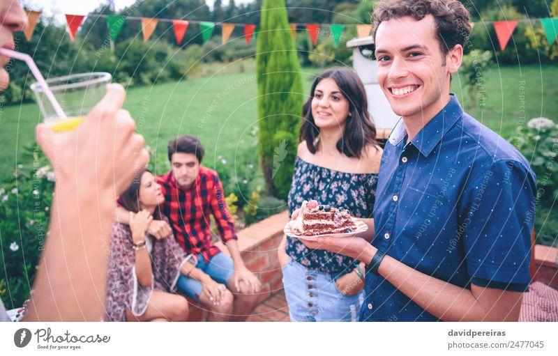 Mann mit Stück Kuchen bei einem Sommergrill Mittagessen Limonade Teller Lifestyle Freude Glück Freizeit & Hobby Garten sprechen Frau Erwachsene Freundschaft