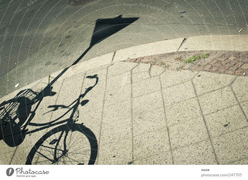 Vorfahrt Freizeit & Hobby Fahrrad Verkehr Straße Stein Verkehrszeichen einfach grau Schattenspiel Bürgersteig Fußweg Verkehrsschild Straßenrand Asphalt Farbfoto
