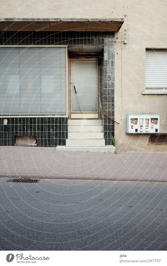 geschlossen Haus Bauwerk Gebäude Mauer Wand Treppe Fassade Fenster Tür Straße Wege & Pfade trist Kaugummiautomat Rollladen Farbfoto Außenaufnahme Menschenleer