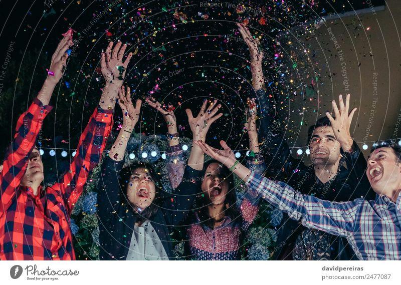 Fröhliche junge Freunde amüsieren sich unter dem bunten Konfetti in der Party Alkohol Bier Lifestyle Freude Glück Nachtleben Entertainment Musik Tanzen