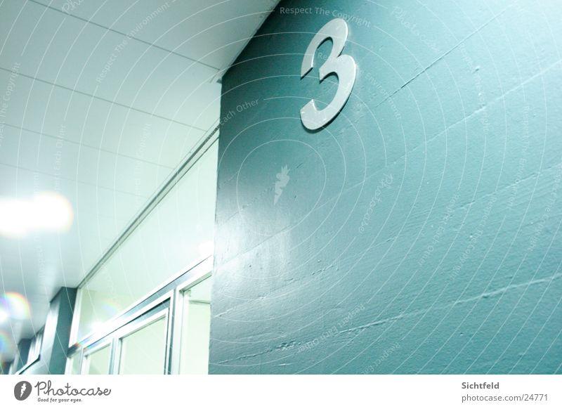 Tres blau Winter kalt Wand Gebäude Metall Architektur Tür 3 Eingang Block Ausgang Tanzfläche