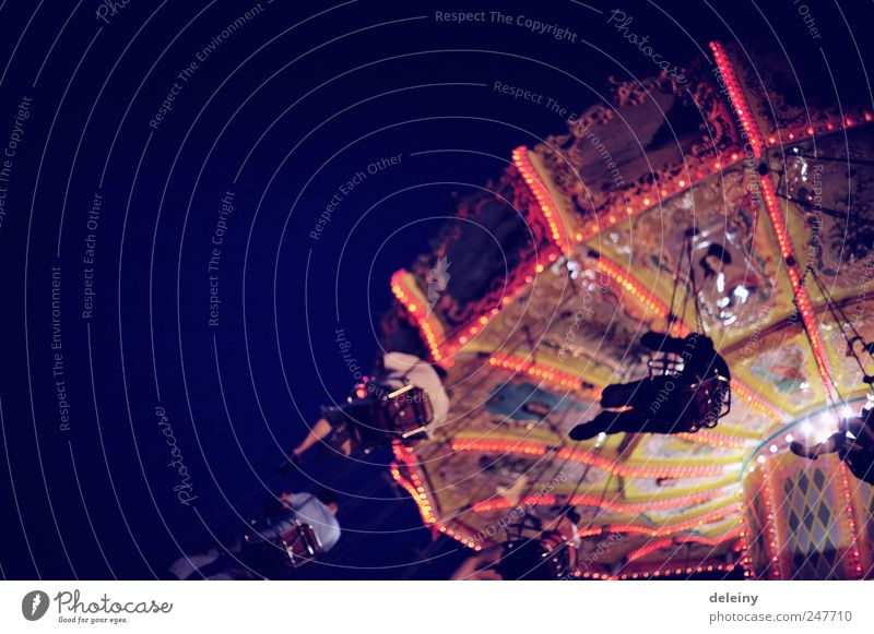 durch die luft Mensch Freude Freiheit Leben Lebensfreude Sinnesorgane Karussell Jahrmarkt Farbfoto Außenaufnahme Abend Nacht Licht Bewegungsunschärfe