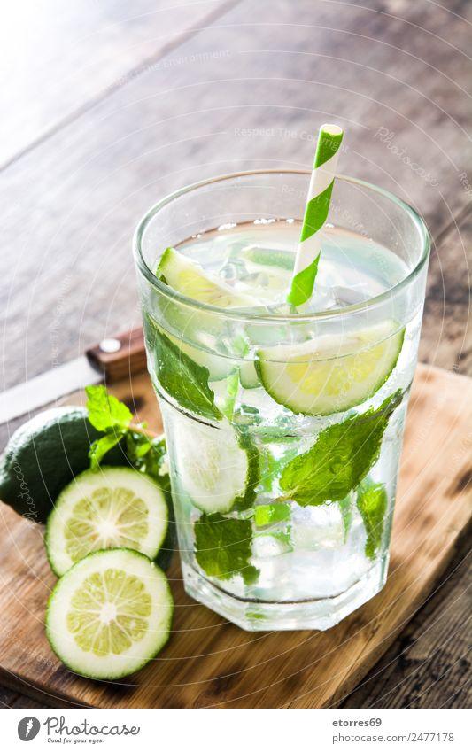 Ferien & Urlaub & Reisen Sommer grün Blatt gelb kalt Frucht Eis frisch Glas süß Getränk Sommerurlaub Erfrischung Alkohol Holztisch