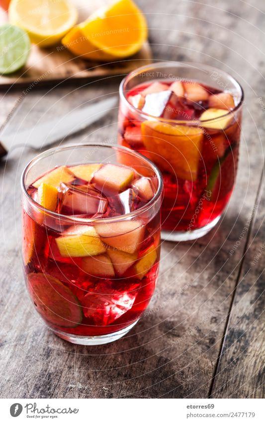 Sangria Getränk im Glas auf Holz trinken Sommer Alkohol rot Frucht Spanisch orange Apfel Zitrone Kalk Limone lecker Erfrischung kalt Eis Cocktail Wein tropisch