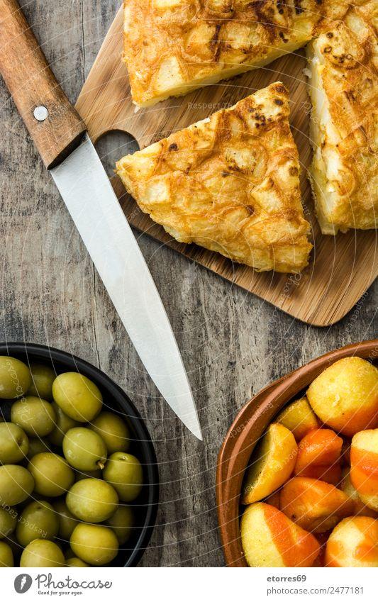 Traditionelle spanische Tapas. Draufsicht Lebensmittel Wurstwaren Käse Schalen & Schüsseln Gesunde Ernährung Tisch Holz lecker Spanisch patatas bravas Speise