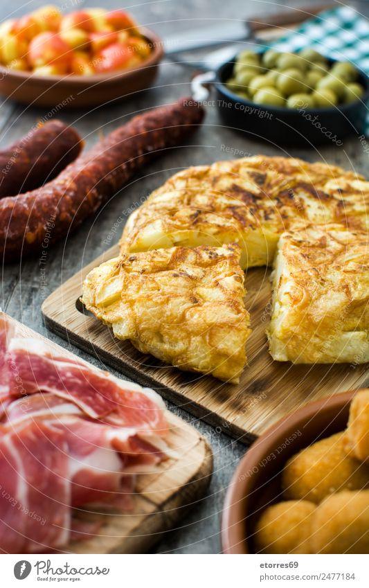 Traditionelle spanische Tapas. Spanisch patatas bravas Lebensmittel Gesunde Ernährung Foodfotografie Kroketten Oliven Omelett Prosciutto Serrano-Schinken Käse