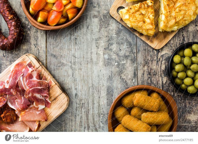 Traditionelle spanische Tapas von oben gesehen Lebensmittel Wurstwaren Käse Schalen & Schüsseln Gesunde Ernährung Tisch Holz lecker Spanisch patatas bravas
