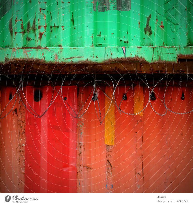 Rotgrün rot Metall Stahl Trapezblech Wellblech Container Stacheldraht Stacheldrahtzaun mehrfarbig Textfreiraum oben Textfreiraum unten Trennung Abschottung