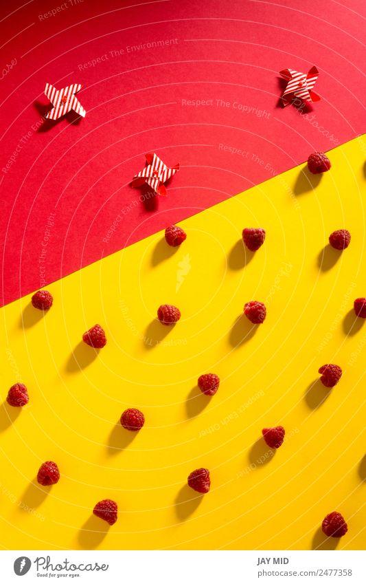 Frische Himbeeren auf gelbem und rotem Hintergrund Frucht Dessert Ernährung Vegetarische Ernährung Diät Schalen & Schüsseln Sommer Natur frisch lecker natürlich