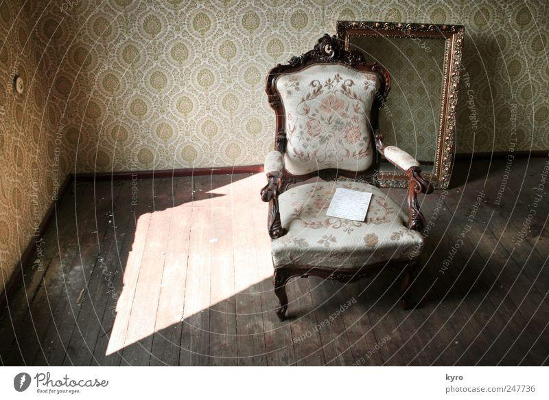 alt aber schön Einsamkeit dunkel Holz braun Raum Wohnung gold Papier Stuhl außergewöhnlich Spiegel Tapete Möbel Wohnzimmer bizarr