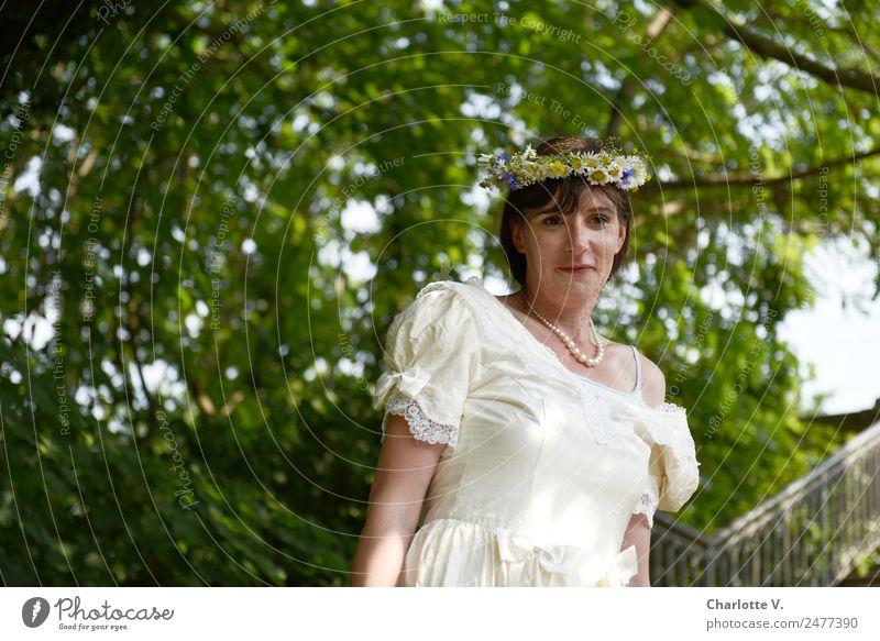 Vorfreude   UT Dresden feminin Frau Erwachsene 1 Mensch 30-45 Jahre Baum Brautkleid Blumenkranz brünett langhaarig beobachten Lächeln Blick stehen leuchten
