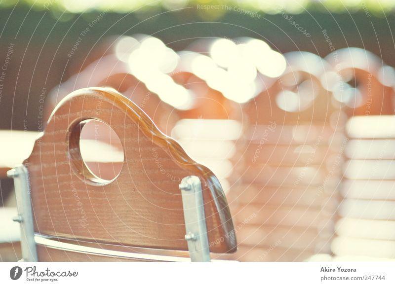Biergarten Kultur leuchten sitzen braun gelb grün Freude Freizeit & Hobby Tourismus Stuhl Stuhlgruppe Metall Holz Sommer Farbfoto Gedeckte Farben Außenaufnahme