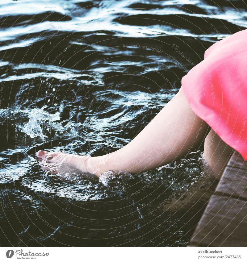 Füße baumeln im Wasser Lifestyle Freude Leben Erholung Schwimmen & Baden Freizeit & Hobby Mensch feminin Junge Frau Jugendliche Erwachsene Beine Fuß 1